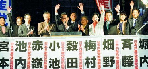 小池晃書記局長(左から5人目)とともに訴える日本共産党国会議員団=15日、東京・新宿駅西口