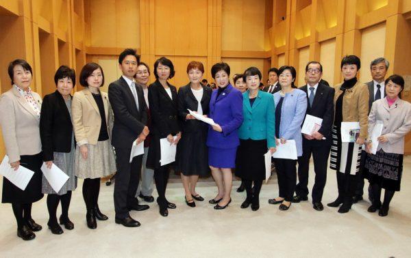 小池都知事(中央右)に予算要望書を手渡す日本共産党都議団=21日、都庁