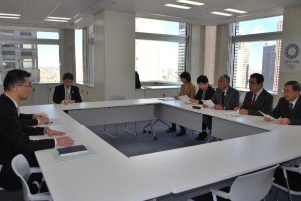五輪経費の透明化を求めて組織委員会に申し入れる都議団の(右端から左へ)植木、徳留、吉田、あぜ上、里吉の各氏=16日、都庁