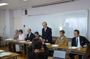 会見する杉山昭吉市長候補(右から3人目)=16日、東京都西東京市
