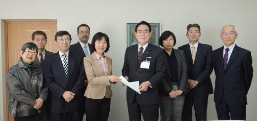 花川区長(右から4人目)に要請書を手わたす、日本共産党北区議団=6日、東京都北区