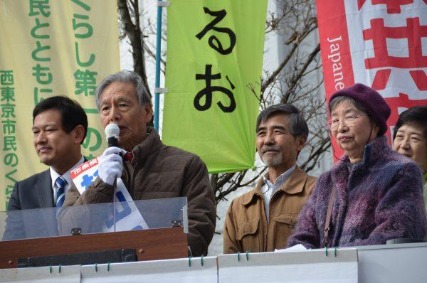 車上から訴える杉山昭吉市長候補(左から2人目)=29日、東京都西東京市