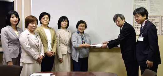 多摩北部医療センターに申し入れる(右3人目から)小野会長、原候補、尾崎都議ら=14日、東京都東村山市