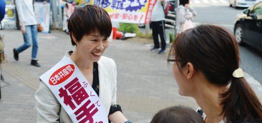 署名した子連れの女性と対話する福手ゆう子都議候補=6日、東京都文京区