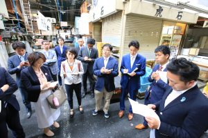 築地市場について熱心に説明を聞く日本共産党都議候補ら=9日、東京都中央区