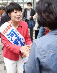 声援に応える河野ゆりえ都議=14日、東京都江戸川区