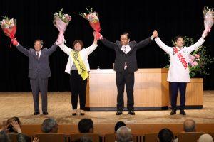 声援に応える(左から)植木、浦野、志位、谷川の各氏=18日、東京都中野区