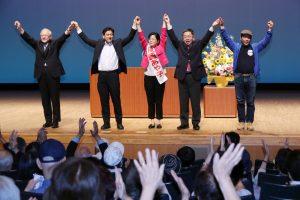 聴衆の声援に応える(左から)稲、宮本徹、尾崎、小池、中澤の各氏=20日、東京都東大和市