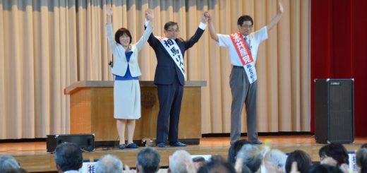 声援にこたえる(左から)田村智子、相馬けんいち、あとう和之の各氏=21日、東京都荒川区