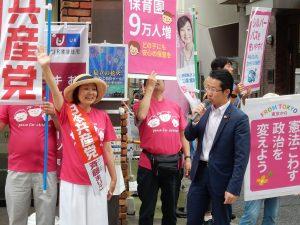 カラフルなプラスターを掲げながら訴える斉藤都議候補(左から2人目)と堀内衆院議員(同4人目)=11日、東京都足立区