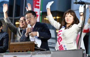 とや英津子都議候補(右)必勝を訴える小池晃書記局長。左は松村友昭都議=15日、東京都練馬区
