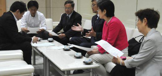 野田特別秘書(左端)に申し入れる(右へ)白石たみお、植木こうじ、そねはじめ、尾崎あや子、かち佳代子の各都議=25日、都庁