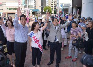 声援にこたえる(左から)原、志位、とや、松村の各氏=27日、東京・石神井公園駅北口