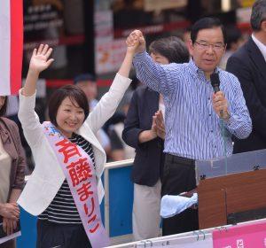 斉藤まりこ都議候補(左)とともに訴える志位和夫委員長=28日、東京・北千住駅西口