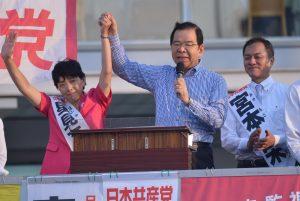 星見てい子都議候補(右)の勝利を訴える志位和夫委員長。右は宮本栄衆院小選挙区候補=28日、東京・目黒駅前
