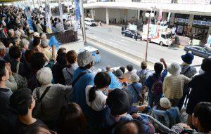 志位和夫委員長の訴えに拍手をする人たち=4日、東京都町田市