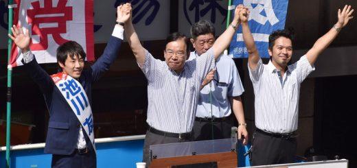 声援に手を上げてこたえる(左から)池川友一都議候補、志位和夫委員長、松村りょうすけ衆院東京23区候補=4日、東京都町田市