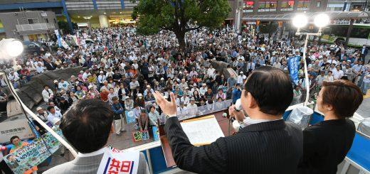 志位和委員長の訴えを聞く人たち=16日、東京都北区