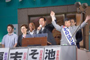 そねはじめ都議(右)の必勝を訴える志位和夫委員長(その左)。左は新社会党の福田光一区議、その右は池内さおり衆院議員=16日、東京都北区