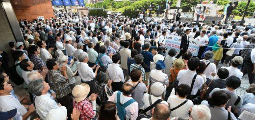 ・2017年6月24日付 1面 党首第一声で志位和夫委員長の訴えを聞く人たち=23日、東京・新宿駅西口