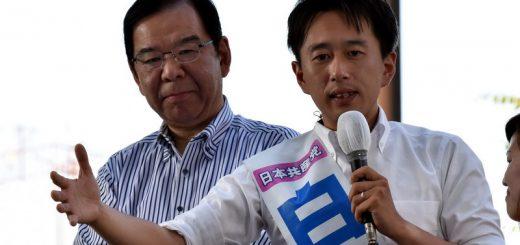 ・2017年6月24日付 2面 志位和夫委員長(左)とともに訴える白石たみお都議候補=23日、東京都品川区