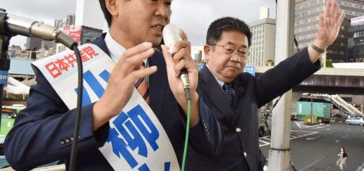 訴える小柳しげる都議候補(左)と小池晃書記局長=21日、東京都台東区
