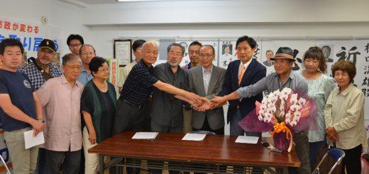 市民・野党と握手を交わす樋口満雄氏(中央)=2日、東京都国分寺市