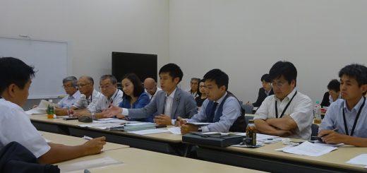 スーパー堤防事業問題で国交省担当者(左側)と話し合う、山添(前列右から4人目)、吉良(同5人目)両議員ら=24日、国会内