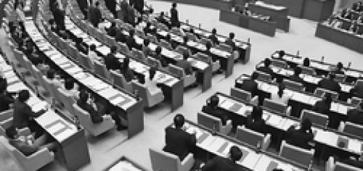 予算特別委員会の設置動議を着席して否決する都民ファーストの会、公明党など。左手奥は起立して賛成する共産、自民、民進各党など=8月30日、都議会本会議