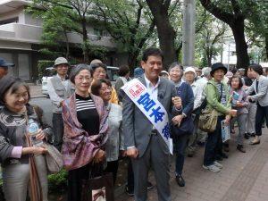 事務所前で支援者に囲まれる宮本徹候補=4日、東京都東村山市