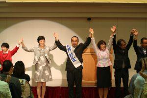 参加者の声援にこたえる田村氏(右から3人目)、新井氏(中央)ら(10月8日付 赤旗4面)