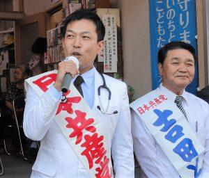 訴える谷川智行衆院東京比例候補(左)=10日、東京都江東区