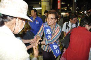 第一声を終え、聴衆から次々に握手を求められる池内さおり候補=10日、東京都北区の王子駅前