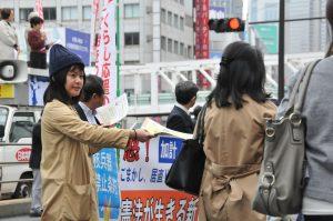 新宿駅前でチラシを配布する後援会員
