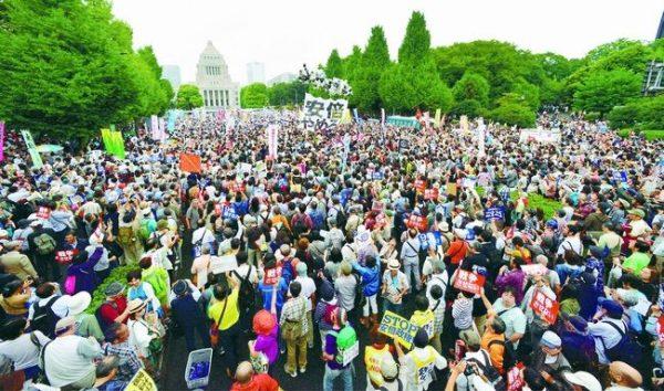 12万人が国会を取り囲み、戦争法案廃案、安倍内閣退陣を求めた国会大行動(2015年8月30日、国会正門前)