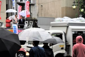 東京大学正門前で訴える笠井亮候補