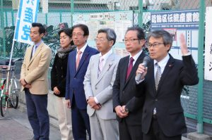 街頭で選挙結果を報告し公約実現の決意を述べる(左から)樋口、木村、折笠、中江、三小田、中村の各氏