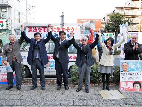 聴衆の声援に応える(左から)篠宮、宮本、北村りゅうた、桜木よしお、原のり子の各氏=9日、東久留米市