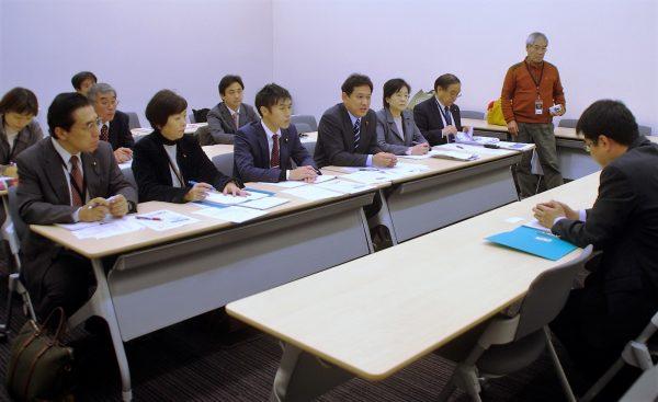 防衛省から説明を受ける(前列左から)とくとめ、星見、山添、宮本、尾崎、奥富の各氏=14日、参院議員会館内