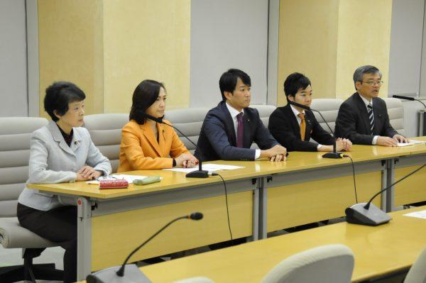 記者会見する東京都議会4会派の代表=14日、都庁