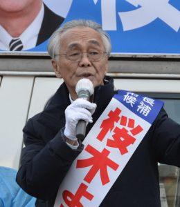 ごみ袋有料化問題について訴える桜木よしお市長候補=17日、東久留米市