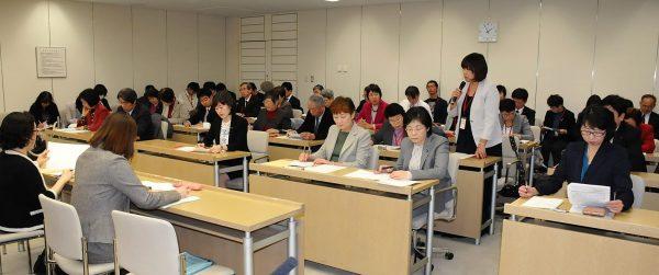 生活相談で寄せられた実態を示して国保、後期医療の負担軽減を東京都に求める参加者=21日、都庁