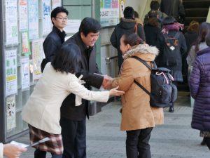 投開票日の翌日、当選の報告をする北村りゅうた氏と原のり子都議=25日、東久留米市