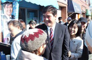 参加者に囲まれる北村りゅうた市議候補