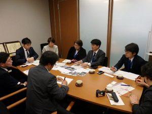 国交省に要請する山添拓参院議員ら(左から2人目)=2017年12月15日、国会内