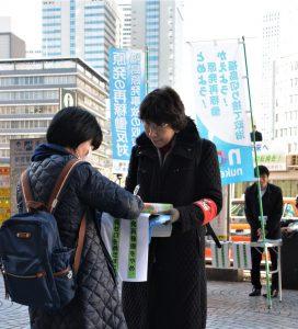署名に応じる女性=11日、東京都、新宿駅西口