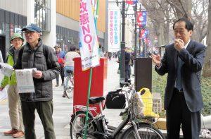 「安倍9条改憲許さない」と訴える菅直人議員=11日、東京都府中市