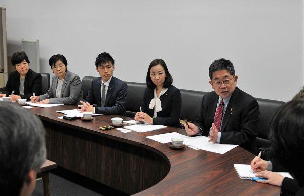 東京労働局に要請する小池書記局長(右端)と(左へ)吉良、山添、尾崎、あぜ上の各氏=31日、東京都千代田区