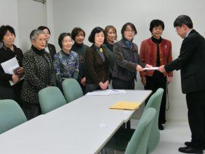 都担当者に要請書を渡す東京母親大会実行委員会のメンバー=1月29日、東京都庁
