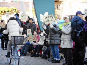 特養閉鎖の反対を訴える市民=6日、東京都の三鷹市庁舎前